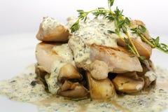 Stekt griskött med champinjoner, potatisar, rosmarin och tartarsås arkivbild