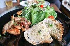 Stekt grisköttsallad eller stekt griskött med bröd Fotografering för Bildbyråer