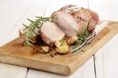 Stekt grisköttstek på ett träbräde Royaltyfri Foto