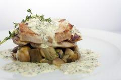 Stekt grisk?tt med champinjoner, potatisar, rosmarin och tartars?s royaltyfri fotografi