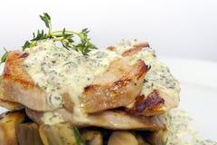 Stekt grisk?tt med champinjoner, potatisar, rosmarin och tartars?s arkivbilder