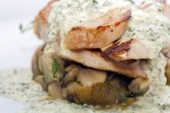 Stekt grisk?tt med champinjoner, potatisar, rosmarin och tartars?s royaltyfria foton