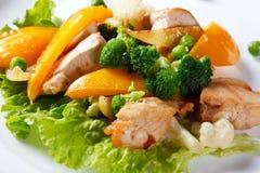 stekt höna pieces grönsaker arkivfoto