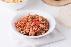 Stekt jordkött med tomater som är klara för taco Arkivbilder
