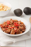 Stekt jordkött med tomater som är klara för taco Royaltyfri Foto