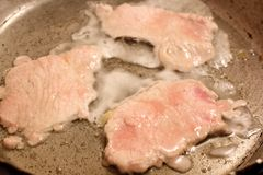 Stekt kött i en kastrull arkivbilder