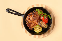 Stekt kött med grönsaker i en panna royaltyfri foto