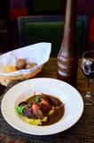 Stekt kött med potatisar i en soya med grönsaker royaltyfri bild