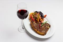 Stekt kött och rött vin Royaltyfria Bilder