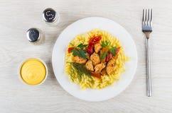 Stekt kött, söt peppar, fusilli i plattan som är salt, peppar, mayonn Royaltyfria Foton