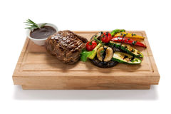 stekt köttinsats med grönsaker royaltyfria foton