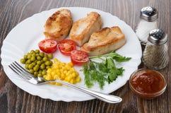 Stekt kalkonkött med grönsaker i maträtten som är salt, peppar, ketchup Arkivbilder