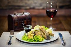 Stekt karp, stekt fisk, restaurang, tjänande som mål i en restauran Royaltyfri Fotografi