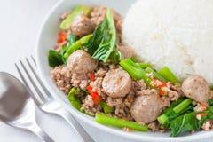 Stekt kinesisk broccoli med griskött- och köttbollen royaltyfria bilder