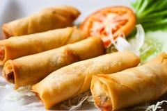 stekt kinesisk mat rullar den traditionella fjädern Arkivbild