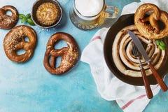 Stekt korv med öl och kringlor Royaltyfria Foton