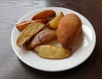 Stekt kotlett och bakad potatis Royaltyfri Fotografi