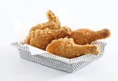 Stekt kyckling i korg Arkivbilder
