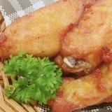 Stekt kyckling i korgen royaltyfri bild
