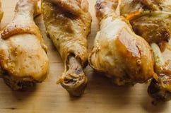 stekt kyckling i sojasås på ett träbräde arkivfoton