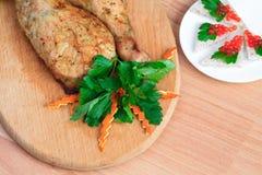 Stekt kyckling lägger benen på ryggen med parsley och den röda kaviaren royaltyfri foto