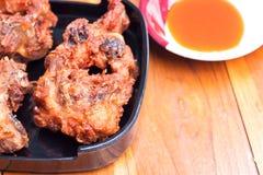 Stekt kyckling med sås på trä bordlägger Royaltyfri Fotografi