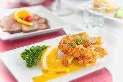 Stekt kyckling med såscitronen Arkivbild