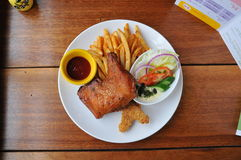 Stekt kyckling och chip Arkivfoto