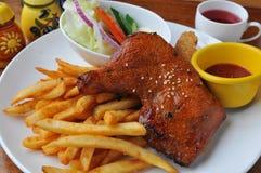 Stekt kyckling och chip Royaltyfri Foto