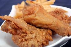 Stekt kyckling och småfiskar Royaltyfri Bild