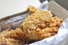 Stekt kyckling stekt kyckling i en ask Royaltyfri Fotografi