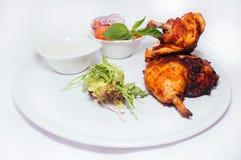 Stekt kycklingben med sallad Royaltyfri Bild