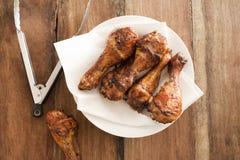 Stekt kycklingben på plattan Arkivfoto
