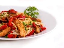 Stekt kycklingfilé, champinjoner och grönsaker Royaltyfri Bild