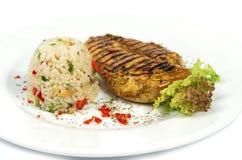 Stekt kycklingfilé, vita ris och grönsaker Fotografering för Bildbyråer