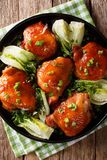 Stekt kycklinglår med choy bok och salladslöknärbild Ve Royaltyfria Bilder