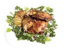 Stekt kycklinglår med stekpotatishasselback Royaltyfri Foto