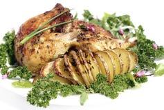 Stekt kycklinglår med stekpotatishasselback Arkivfoton