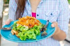 Stekt kycklingsallad i kvinnas händer, gröna rena och sunda foo royaltyfria foton