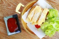 Stekt kycklingvingar eller stekt kyckling med grönsaken och sås på den vita maträtten stekt kyckling är dålig kolesterol och bad  Royaltyfria Foton