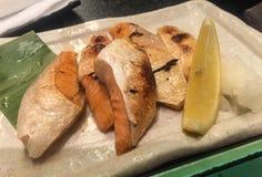 Stekt lax med limefrukt på maträtt fotografering för bildbyråer
