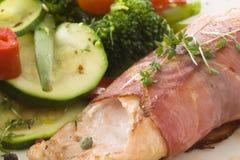 Stekt lax med skinka och grönsaker arkivfoton