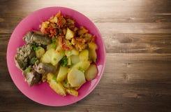 Stekt lever med potatisar och lät småkoka tomater Royaltyfria Bilder