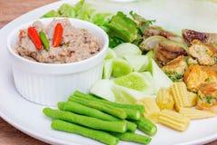 Stekt makrill med räkadegsås med kokta grönsaker Royaltyfri Bild