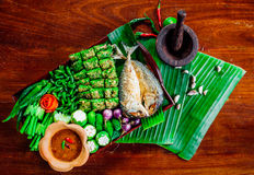 Stekt makrill med uppsättningen för för räkadegsås och grönsak thai mat Royaltyfria Foton