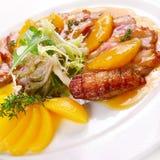 Stekt meat med frukt Arkivfoton
