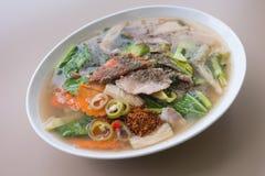Stekt nudel med griskött och broccoli Royaltyfria Bilder