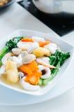 Stekt nudel med griskött och broccoli Fotografering för Bildbyråer