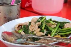 Stekt nudel med griskött och broccoli Arkivfoton
