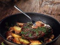 Stekt ossobuco med grönsakragu av potatisar och champinjoner Arkivbild